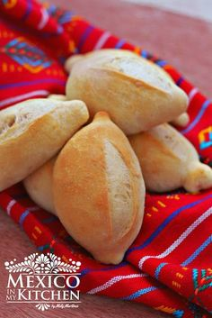 Mexican bolillos: crusty rolls Mexican bolillo recipe (pan francés), the Mexican crusty rolls popular to make sandwiches (tortas). This is a step by step photo tutorial. You'll learn how to make this rolls at home. Mexican Sweet Breads, Mexican Dishes, Mexican Food Recipes, Mexican Pastries, Mexican Bolillo Recipe, Mexican Torta Bread Recipe, Mexican Rolls Recipe, French Baguette Recipe, Bonbon