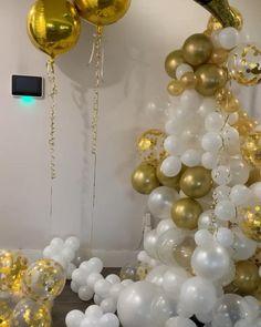 Birthday Balloon Decorations, Balloon Decorations Party, Birthday Balloons, 18th Birthday Party Ideas Decoration, Balloon Gift, Balloon Surprise, Champagne Balloons, Deco Ballon, New Years Eve Decorations