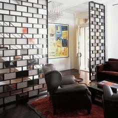 En los lofts y los espacios abiertos es necesario separar los ambientes para aprovechar mejor el espacio. Puedes conseguirlo con separadores de ambientes tan originales y modernos como éstos.
