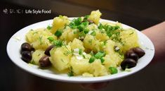 The Recipe for potato salad with capers and olives. You can serve the potato salad hot or cold. Accompany it with crushed chicory and a glass of ouzo. Greek Potato Salads, Greek Potatoes, Lemon Salt, Fresh Dill, Big Bowl, Veggies, Stuffed Peppers, Olives, Ethnic Recipes