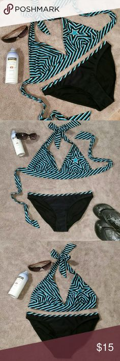 Converse Bikini Top & Bottoms Perfect for summer Converse bikini Top and Bottoms set. This swimsuit boasts a black, aqua green, and white angled line pattern and features a patterned star on one side of the top. The set is composed of two different sizes:  -Bikini Top: Large -Bottoms: Medium  ?Like-new condition ?Lined but not padded.  (Bikini only, accessories not included*) Converse Swim Bikinis