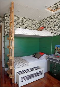 A escada rústica com barbante e madeira combina com as cores escolhidas para o quarto e a tela de proteção garante segurança!