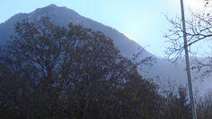 die Sonne schiebt sich hinter dem Berg hervor  am 24.10.15