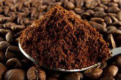 Oftest havner kaffegrums i skraldespanden, når kaffen er brygget. Men vidste du, at det tørre grums faktisk kan gøre gavn og bruges til mange forskell...
