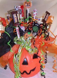 Jack o Lantern Candy Bouquet Halloween Vase, Halloween Baskets, Easy Halloween Crafts, Halloween Candy, Fall Crafts, Fall Halloween, Halloween Decorations, Holiday Baskets, Gift Baskets