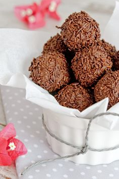 5 easy desserts to make with children Easy desserts to prepare with children. Truffles, coconut balls, apples with caramel dip, mini cakes, banana sushi. Sweet Recipes, Dog Food Recipes, Dessert Recipes, Cooking Recipes, Easy To Make Desserts, Delicious Desserts, Yummy Food, Caramel Dip, Chocolate World