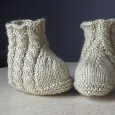 Chaussons bébé en tricot à torsades 0/3 mois Bebe Baby, Baby Knitting, Creations, Slippers, Socks, Etsy, Boutique, Vintage, Fashion