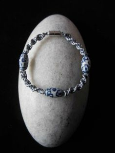 Pulsera de macramé de hilo de cola de rata con adornos de cerámica.  www.singularts.es