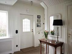 Keltainen talo rannalla: Valkoisia koteja
