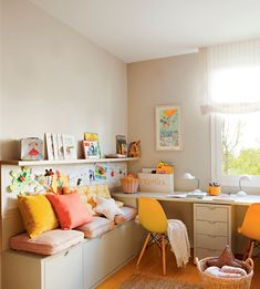 Habitación infantil con banco, escritorio, cajones y espacio para colgar dibujos, además de balda 00404517
