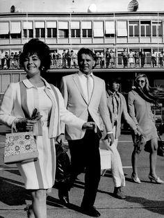 Elizabeth Taylor et Richard Burton, en compagnie de l'un des fils d'Elizabeth, à l'aéroport de Genève pendant les années 1960.