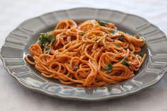 Špagety s rýchlou omáčkou bez varenia