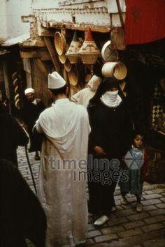 Medina von Fes, 1962 Czychowski/Timeline Images #1960 #60er #60s #Marokko #Morocco #Altstadt #Passanten #Körbe #Gasse #Schleier #Mutter