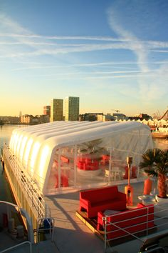 Airclad Xo offset event structure featured here on a boat bar in Antwerp.