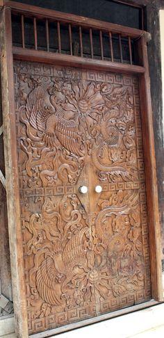 Pintu Lawas yang memiliki nafas Tionghoa dan terbuat dari Kayu Jati Solid. Pintu ini memiliki ukiran atau relief yang menggambarkan legenda Naga dan Burung Hong
