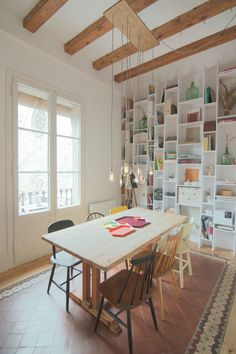 Neus Casanova redesigns a flat in Barcelona to give it a mini-loft character and a chic rustic style. Mini Loft, Decor Interior Design, Interior Decorating, Decorating Ideas, Piece A Vivre, Dream Decor, Dining Room Design, Dining Area, Home And Living