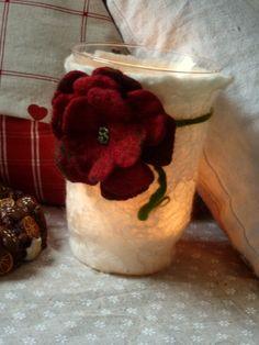 Windlicht aus Filz mit viel Liebe gemacht...  Es sind die kleinen Dinge, die das Leben bunter machen.       Weiße Merinowolle mit eingefilzten Locken...