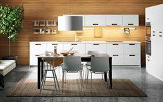Moderni valkoinen keittiö, jossa tammiviiluinen seinälaminaatti