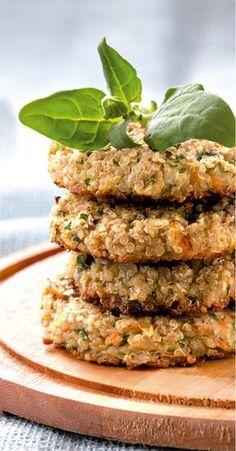 Hambúrguer de quinoa com aveia Ingredientes 3 colheres (sopa) de quinoa em grãos cozida 1 colher (sopa) de aveia em flocos finos 1 clara de ovo de galinha 1 colher (sopa) de cenoura ralada 3 fatias (fi nas) de abobrinha ½ colher (sopa) de hortelã ½ colher (sopa) de salsinha 2 azeitonas verdes 1 colher (chá) de sal refi nado  Modo de preparo 1. Rale a abobrinha e a cenoura. Depois, pique a azeitona, a salsinha e a hortelã. 2. Em uma tigela, mexa todos os ingredientes, até formar uma mistura…