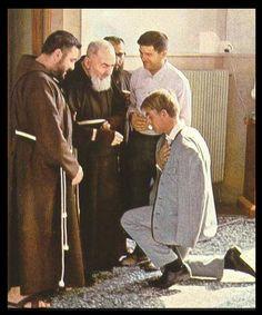 São Pio de Pietrelcina e um devoto.