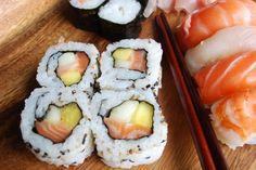 El sushi es un platillo típico japonés delicioso.  Son rollos con arroz japonés, alga y pescados, verduras y frutas como relleno.  Esta receta fusión combina el sabor latino del mango con los sabores orientales.