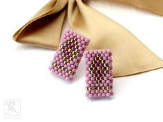 Kolczyki wyplatane ściegiem peyote parzystym. | Royal-Stone blog Seed Bead Patterns, Beaded Jewelry Patterns, Peyote Patterns, Beading Patterns, Crochet Beaded Bracelets, Beaded Rings, Brick Stitch Earrings, Peyote Beading, Earring Tutorial