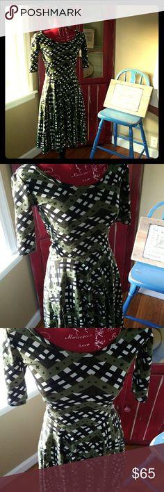 NWOT Lularoe Dress! Selling a NWOT Lularoe Dress! This is super cute! Stylish! And a great staple to add to your wardrobe! Size Xs. LuLaRoe Dresses Midi