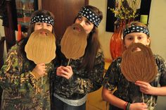 Ok, this is awesome! A Duck Dynasty Party? Or Halloween costumes? Just use card stock beards. Costume Halloween, Theme Halloween, Holidays Halloween, Duck Dynasty Costumes, Duck Dynasty Party, Duck Commander, Camo Party, Hunting Party, Halloween Disfraces