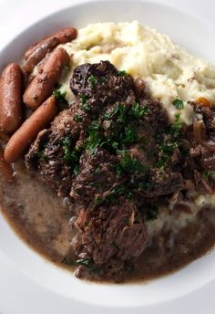 easy one pot meals This red wine braised beef roast is an easy one-pot meal that is downright comfort food. Chuck Roast Recipes, Beef Chuck Roast, Meat Recipes, Wine Recipes, Cooking Recipes, Healthy Recipes, Roast Brisket, Grill Recipes, Beef Tenderloin