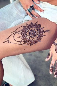 Source: Source: There are many pros of getting a henna tattoo: Henna body art is painless. Comparing to the real tattoo, you will not feel any discomfort when getting it with henna. Body art created with henna Henna Tattoo Designs, Tattoo Diy, Tattoo Designs For Women, Tattoos For Women, Leg Henna Designs, Henna Tattoo Muster, Tattoo Henna, Tattoo Trend, Hamsa Tattoo