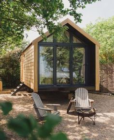 41 Best Tiny House Wall to Copy Right Now Tiny house design is figuring out the way you can maximize your privacy whilst still letting a lot of light into a little space. Best Tiny House, Modern Tiny House, Tiny House Cabin, Tiny House Living, Tiny House Plans, Tiny House Design, Tiny House On Wheels, Tiny Houses, Tiny Beach House