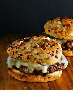 30 minutes · Makes 4 burgers · You're going to go crazy over French Onion Soup Burgers topped w caramelized onions and Provolone or Gruyere cheese. Stovetop or Grill. Onion Burger, Cheese Burger, Burger Toppings, Hamburgers Gastronomiques, Great Recipes, Favorite Recipes, Gourmet Burgers, Grilled Burger Recipes, Ground Beef Recipes