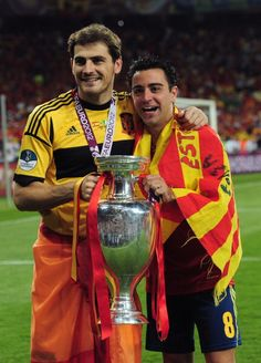 Iker Casillas Photos - Iker Casillas (L) and Xavi Hernandez of Spain celebrate with the trophy after the UEFA EURO 2012 final match between Spain and Italy at the Olympic Stadium on July 2012 in Kiev, Ukraine. - Spain v Italy - UEFA EURO 2012 Final Best Football Players, Good Soccer Players, Football Soccer, Soccer Teams, Xavi Hernandez, Euro 96, Euro 2012, Camp Nou, Real Madrid