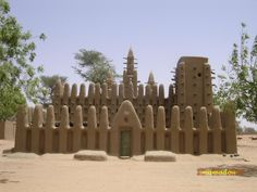 Another amazing mosque constructed using mud at Kanikombole, Mali - Dogon Oh Beautiful, Beautiful World, Ends Of The Earth, Cool Inventions, Guinea Bissau, Africa Travel, Mosque, Architecture, African Art