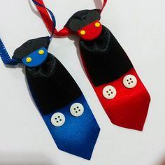 Gravata Mickey botão, nas cores azul ou vermelha, com fita de cetim para amarrar.
