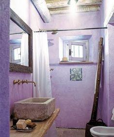 Da tempo colore di grande tendenza, il viola, in tutte le sue sfumature, continua ad essere molto utilizzato per imbiancare le pareti...