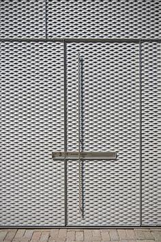 Expanded Metal Door by Pasel Künzel Architects Gate Design, Facade Design, Door Design, Exterior Design, House Design, Arched Doors, Windows And Doors, Detail Architecture, Ancient Architecture