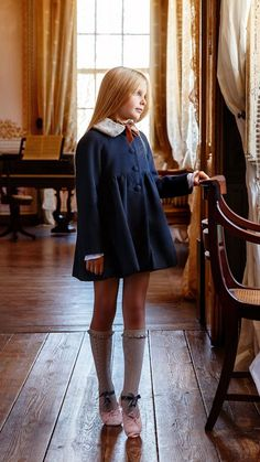 The little princess who lives in the castle, wearing beautiful clothes and shoes, looks out the window and looks forward to going out to play with her friends. Fashion Kids, Mode Hipster, Moda Lolita, Estilo Preppy, Kids Outfits, Cute Outfits, Cute Young Girl, Child Models, Look Chic
