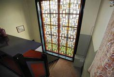 Jaren30woningen.nl | Gedetailleerd glas-in-lood raam in deze #jaren30 #woning in De Krim