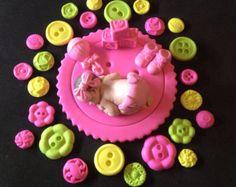 Bebé de fondant dentro de alas de Ángel torta de cumpleaños