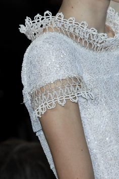 Standing lace collar and sleeve trim detail Details at Chanel Spring 2009 Haute Couture. Chanel Couture, Haute Couture Dresses, Couture Mode, Style Couture, Couture Details, Fashion Details, Couture Fashion, Fashion Design, Fashion Art