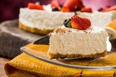 Rezept für eine leichte Low Carb Joghurt-Torte: Dieser kohlenhydratarme Kuchen ist ohne Zucker und Getreidemehl gebacken. Er ist kalorienarm, enthält viel Eiweiß ...
