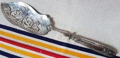 Zeer grote serveren messen sterling zilveren greep Franse vakmanschap  Zeer grote serveren messen sterling zilveren greep Franse vakmanschapZeer grote serveren messen sterling zilveren greep Franse vakmanschapPrachtige paar van serveren messen... Franse vakmanschapUitstekende werk op het handvat met een bijzonder mooi platen mes.Het mes heeft een ongebruikelijke gebogen vorm.Handvat met Minerva van hoofd hallmarked 1e rang keurmerk voor Franse sterling zilver begin in 1838.Lengte: 35…