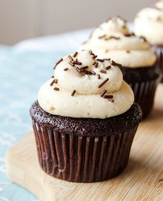 Kahlua in your dessert! These chocolate cupcakes are filled with Kahlua chocolate ganache, and topped with Kahlua cream cheese frosting ? Kahlua Cupcakes, Yummy Cupcakes, Chocolate Cupcakes, Chocolate Ganache, Alcoholic Cupcakes, Cupcake Flavors, Cupcake Recipes, Dessert Recipes, Cupcake Ideas