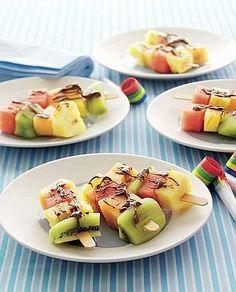 Spiedini di frutta al cioccolato fuso