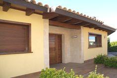 Portal de piedra con puerta de madera : Casas de estilo mediterráneo de RIBA MASSANELL S.L.