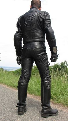 Kerls in Leder Mens Leather Pants, Tight Leather Pants, Leather Gloves, Men In Uniform, Motorcycle Outfit, Black Leather, Rider Boots, Men's Boots, Bikers