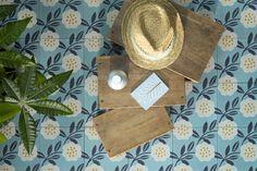 Modèle Camélia bleu, signé MiniLabo pour Bahya #carreauxdeciment #cementtiles www.bahya-deco.com