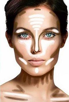 Para hacer que la nariz luzca más pequeña y delgada, aplica la base de maquillaje que utilizas normalmente sobre la nariz, después aplica highligther (resaltador) en el centro del puente y regresa en linea recta.