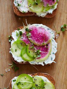 fromage aux herbes, on y rajoute de fines tranches de radis, mais rien ne vous empêche d'y mettre de l'avocat à la place, ou même des œufs